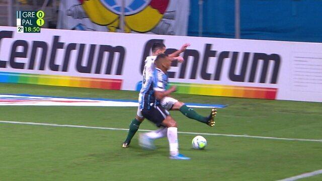 Cartão vermelho! Luan comete falta em Diego Souza, que fica sanrando em campo. Palmeirense é expulso, aos 19 do 2º tempo