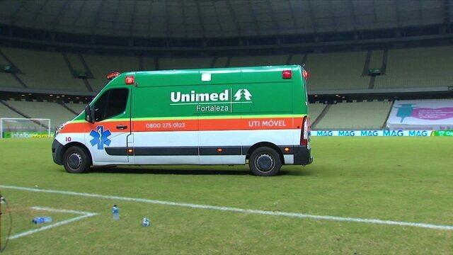 Marcelo de Lima Henrique para o jogo para que a ambulância entre e leve Clayton, aos 12 do 2º tempo