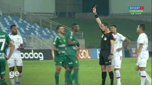 Aos 51 min do 2º tempo - cartão vermelho direto de Marllon do Cuiabá contra o Fluminense