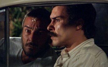 Raul vai até a casa de Silvia com Gopal - Ao ver Júlia se aproximar do carro, ele vai embora.