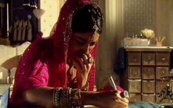 Maya pensa na possibilidade de se jogar no Ganges - Ela começa a escrever uma carta pedindo que cuidem de Niraj.