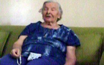 Senhora mostra talento musical - A idosa mostra que possui dotes musicais e cantarola o hino de sua cidade. É mais um exemplo de vitalidade na terceira idade.