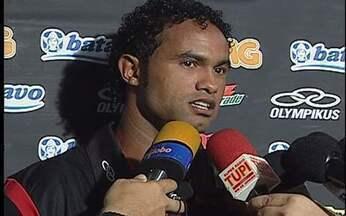 Bruno é infeliz ao defender Adriano: `Quem nunca saiu na mão com uma mulher?` - Imperador passou o fim de semana em Búzios e é aguardado no treino do Flamengo desta segunda-feira