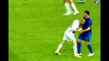 Cabeçada de Zidane sela o destino da França em 2006 - Na final da Copa do Mundo de 2006, o francês Zidane tinha tudo para se consagrar. Mas após discutir com Materazzi, ele deu uma cabeçada no adversário e foi expulso. A Itália levou o mundial.