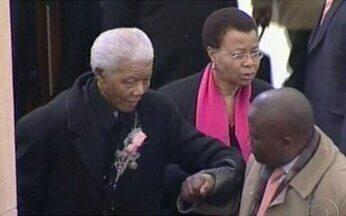 Mandela se despede da bisneta - O ex-presidente e Prêmio Nobel da Paz participou do funeral de Zenani Mandela em Joanesburgo. Muito abalado, ele foi amparado pela esposa, Graça Machel.