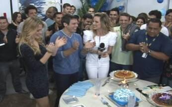 Produção prepara festa surpresa para Luigi Baricelli - O apresentador recebeu uma festa supresa de seus colegas no dia de seu aniversário.