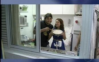 Deu a louca no De Luca – Bruno faz pizza com Fernanda Souza - Bruno De Luca e a atriz colocaram a mão na massa, literalmente.