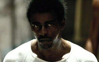 Beirada se prepara para dominar presídio - O bandido Beirada (Seu Jorge) recebe armas de um policial dentro da cadeia. Ele e seus companheiros o prendem e estão prontos para atacar e começar um motim.