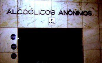 Alcoolismo - Parte 2 - A história de Claudio, que bebeu por 30 anos, e hoje passa as noites ajudando quem quer parar. Há grupos de Alcóolicos Anônimos em 180 países, mas só quatro cidades no mundo têm plantão telefônico.