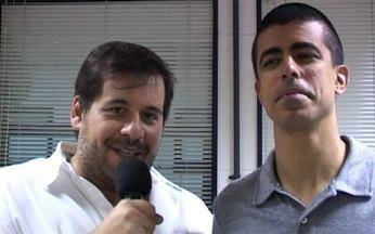 Humoristas invadem o palco - Leandro Hassum e Marcius Melhem se disfarçam de palhaços de Folia de Reis para animar a estreia do programa