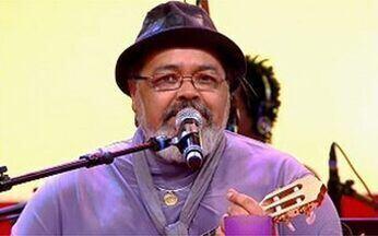 """Jorge Aragão canta no palco do Esquenta! - Sambista canta o clássico """"Coisa de Pele""""."""