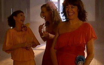 Divã – Episódio do dia 03/05/2011, na íntegra - Mercedes recebe um convite para relembrar os 32 anos. Apesar da curiosidade de saber como estavam seus antigos amigos, ela teme reviver lembranças traumáticas do passado.