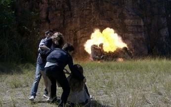 Cena 26/08 - O carro de Rique explode - Catarina consegue fugir a tempo com a ajuda de Pedro.