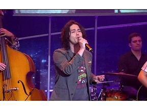 Filipe Catto canta para a plateia do Programa do Jô - Jovem talento que está ficando famoso pelo seu raro timbre de voz anima a plateia do programa