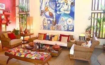 Combinação de cores pode mudar completamente a decoração de uma casa - Para a decoração ficar bonita, é preciso saber combinar bem as cores. Um círculo cromático ajuda a escolher as cores certas. Os cenários podem ser monocromáticos e até misturar cores análogas.