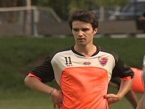 Jogador frânces do Oeste já é sucesso no clube e na cidade - Quentim confunde até o técnico Vadão, que esquece o nome do atleta.