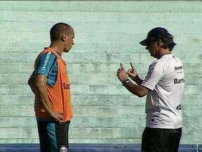 Caio Junior está em busca da batida perfeita no Grêmio - Técnico mexeu na estrutura da equipe e deixou Douglas entre os reservas.