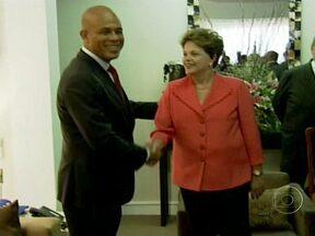 Dilma Roussef é recebida pelo presidente do Haiti no aeroporto de Porto Príncipe - A presidente Dilma reafirmou a parceria com o Haiti, nas áreas da Saúde, da Agricultura e da Infraestrutura. Sobre a chegada de haitianos ao Brasil, ela lembrou que o governo vai permitir a entrada, com visto, de 1,2 mil famílias por ano.