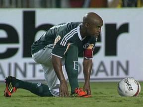 Marcos Assunção resolve para o Palmeiras com dois gols de falta - Volante celebra a precisão com duas cobranças perfeitas.