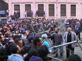 Chega a 74 o número de mortos em tumulto iniciado em jogo no Egito - O governo egípcio decretou três dias de luto. A confusão que ocorreu no jogo de futebol na quarta (1), acabou gerando mais violência nessa quinta (2). Manifestantes foram para a Praça Tahir e bloquearam as portas do Parlamento.