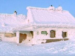 Frio mata centenas de pessoas na Europa - A situação é especialmente grave no leste europeu. A Ucrânia é o país mais atingido pela onda de frio. Na Rússia, os termômetros marcaram -50ºC. Na Itália, os meteorologistas afirmam que esta foi a semana mais fria dos últimos 27 anos.