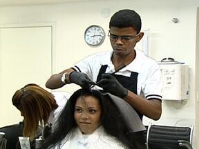 Fantástico dá dicas de como cuidar do cabelo sem prejudicar a saúde - É importante que, antes de fazer qualquer tratamento no cabelo, a mulher faça o teste da mecha. A dica para usar secador em casa é não puxar demais o cabelo e usar um secador de temperatura média.
