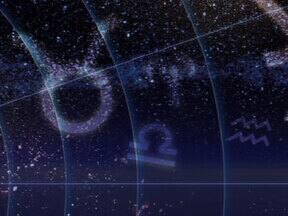 """Astróloga diz que mundo passa por transição e que 'vai começar de novo' - O fim simbólico é um recomeço, segundo a astróloga Cláudia Lisboa. """"Está tudo de cabeça para baixo, tanto no sentido coletivo, quanto sentido individual"""", comenta a especialista."""