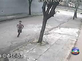 Imagens inéditas mostram os últimos momentos do Rei do Passinho - Câmeras de vigilância de duas empresas mostram Gambá tentando subir em um ônibus em movimento. Ele cai, tenta se esconder e, segundo testemunhas, grita por socorro.