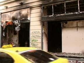 Governo da Grécia volta a pedir calma à população - No domingo (12), os protestos contra novos cortes de gastos do governo se transformaram em atos de vandalismo. Em Atenas, manifestantes saquearam 150 lojas e incendiaram 48 prédios.