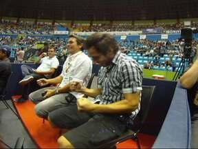 Valdivia recebe carona do Globo Esporte para assistir jogo de tênis - Chileno, fã do esporte, mostra lado irreverente no Ibirapuera.