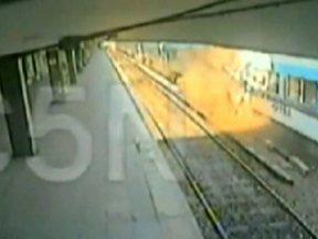 Acidente de trem deixa 49 mortos na Argentina - Segundo o porta-voz da polícia, o trem entrou na estação em alta velocidade e se chocou contra os freios de contenção. Com a parada brusca, os vagões de trás avançaram sete metros. Ambulâncias e helicópteros participaram da operação de resgate.