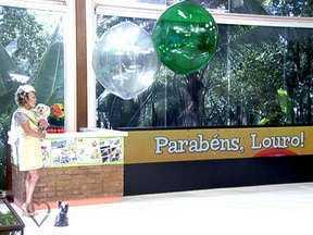 Louro José recebe homenagens dos artistas da TV Globo pelos 15 anos de idade - 15 anos do papagaio é celebrado no Mais Você