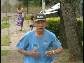 """Corredor de 79 anos é """"papa"""" medalhas em Curitiba - Sebastião da Silva conta histórias curiosas da rotina de um corredor"""