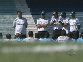 Com dores no ombro, Marcelo Moreno será desfalque do Grêmio no domingo pelo Gauchão - André Lima deve ser o substituto do jogador.