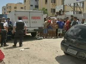 Mulher atropela e mata três pessoas em Fortaleza - Em Fortaleza, uma mulher dirigindo um carro em alta velocidade atropelou e matou três pessoas, entre elas uma grávida e a filha dela, de um ano. A motorista foi levada para a delegacia e foi autuada por homicídio culposo.