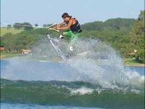 Revista vai até Avaré para conhecer um campeão de wakeboard que treina por lá - Ricardo Fela aproveita a visita e engole muita água ao encarar um treino puxado por uma lancha na represe da Jurumirim