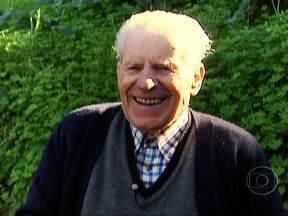 Homem de 93 anos encontrou nas plantas receita para longevidade - O herbanário José Salgueiro mora em Montemor-o-Novo e caminha quase todos os dias. Ele conhece o segredo das ervas para viver bem e por muito tempo. Além disso, também usa óleo de fígado do bacalhau e o sumo de cenoura para fortalecer a vista.