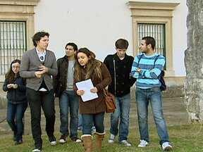 Brasileiros estudam em Coimbra e buscam oportunidades em Portugal - Hoje em dia, 10% dos alunos de Coimbra são brasileiros. Eles estão longe de casa, da família, mas não acham ruim. Com boas notas no Brasil, ganharam o direito de frequentar uma das universidades mais importantes do mundo.