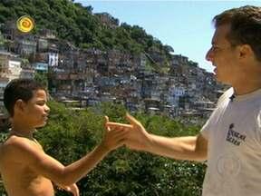 Reveja a história do jovem surfista Naamã, do Cantagalo - Huck levou o menino para conhecer Kelly Slater no Havaí