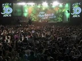 """Milhares de pessoas participam de festival gospel no Marco Zero, no Recife - O evento, comandado pelo pastor Silas Malafaia, comemora os 30 anos da Associação Vitória em Cristo. Cantores de música gospel também se apresentam no festival """"Vida Vitoriosa para Você""""."""