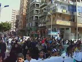 Protesto de torcedores no Egito mata uma criança e deixa dezenas de feridos - A manifestação começou, nesta sexta-feira (23), na cidade de Port Said - e prosseguiu por todo o sábado. Os torcedores do time de futebol Al-Masry protestaram contra a suspensão do time e cercaram prédios do governo.