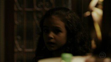 Rita esconde o dinheiro do pai - Enquanto Carminha e Max vasculham a casa, a menina guarda a sacola com o dinheiro dentro da caixa d'água