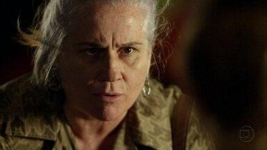Lucinda impede que Rita faça revelação - A catadora pede que a menina se esqueça do passado e desista de se vingar