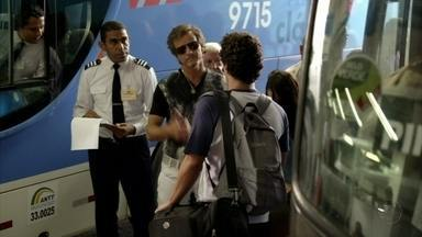 Cap 06/04 - Cena: Max recebe Leandro, um novo jogador do Divino - Vindo de Goiás, o rapaz chega em um ônibus e fica hospedado na casa de Diógenes