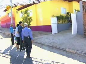 Luciano Huck entrega a casa da família Pereira - Maria recebe uma casa novinha em folha e João a academia para continuar dando aula