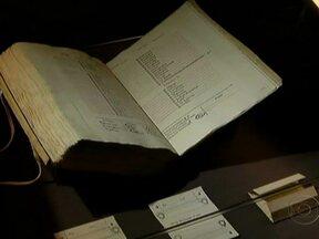 Arquivos secretos do Vaticano são revelados - A biblioteca dos papas contêm documentos dos últimos mil anos. Para tirar alguns preciosos exemplares, pela primeira vez, e levá-los para um museu de Roma, foi necessária uma operação complexa.