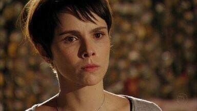 Nina procura Lucinda - Ela se lembra do casamento com Batata e inventa uma desculpa para sair mais cedo do trabalho. Nina conta a Lucinda que sabe que Batata está vivo