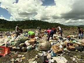 Bahia é o estado do Nordeste que descarta maior quantidade de lixo de forma errada - O descarte do lixo em Itabuna não é só um problema de coleta ou da secretaria responsável pela limpeza urbana . Muita coisa é abandonada nas ruas pela própria população e quando é recolhido acaba em um lixão.