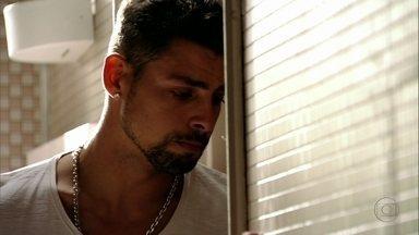 Jorginho diz que Nina é o amor de sua vida - Ele quer conversar com a amada, mas ela pede para o jogador ir embora