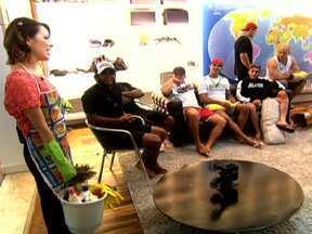 Sandy coloca os lutadores do UFC para arrumar a casa - Sandy voltou a visitar os lutadores com a intenção de botar ordem na casa. A cantora levou produtos de limpeza para ajudar na faxina do local.
